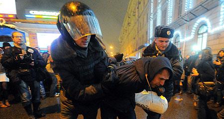 В Москву стягиваются грузовики с военными