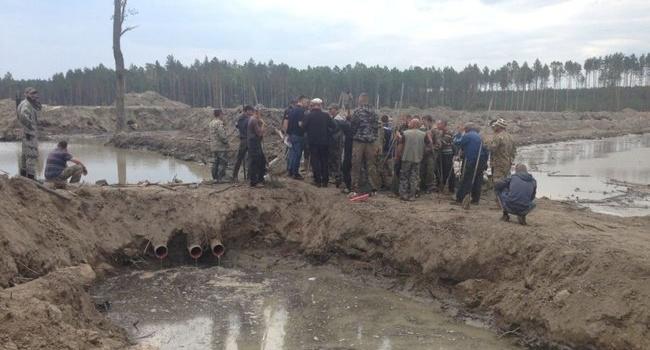 Сотрудники МВД за взятки пропускают нелегалов с помпами на янтарные поля, - блогер
