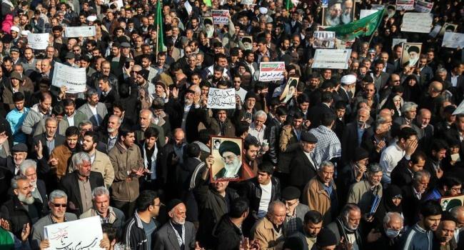 Журналист рассказал, что называется, на пальцах, почему на самом деле озверели иранцы и вышли на улицы
