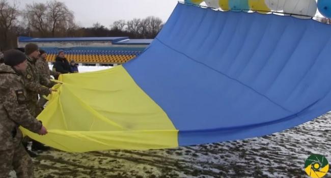 Патриоты в необычный способ отправили в оккупированный Луганск флаг Украины (видео)
