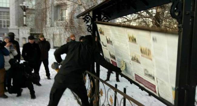 В Киеве националисты демонтировали стенд часовни УПЦ МП