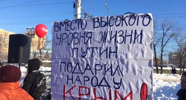 В соцсетях ажиотаж из-за плаката про Крым на митинге оппозиции в РФ