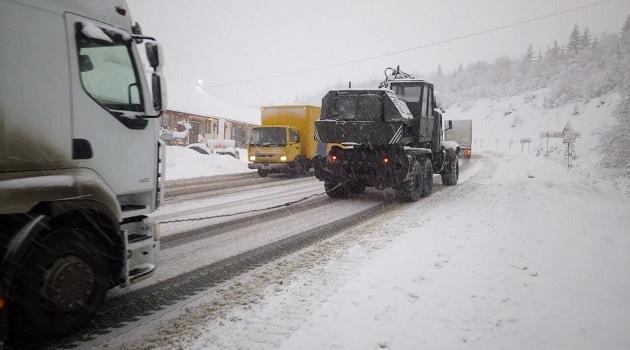 Сильный снегопад парализовал движение на западе Украины