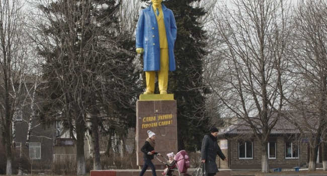 Декоммунизация в Украине практически завершена, - Вятрович