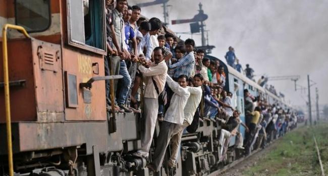 В сети появились самые курьезные фото индийских поездов