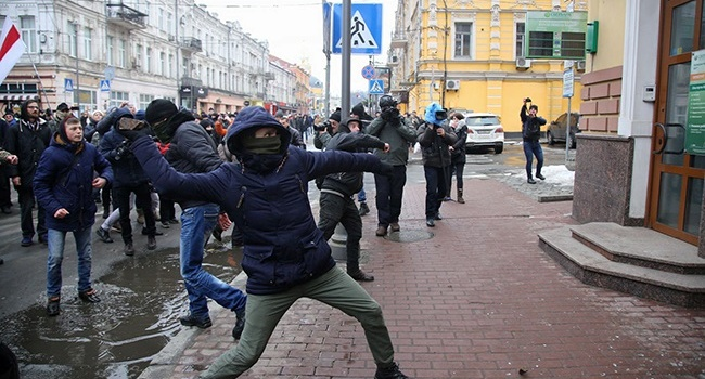 Атака продолжается: националисты побили камнями окна РЦНК и разгромили здание Сбербанка РФ в Киеве