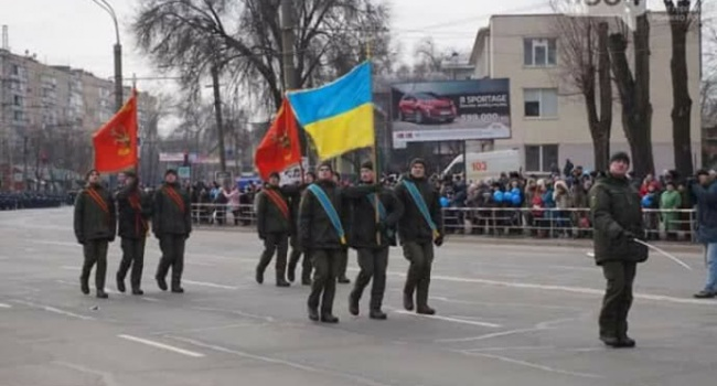 «За нашу советскую семью!»: на параде представители Нацгвардии маршировали с советскими флагами