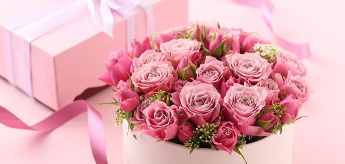Доставка цветов приносит удовольствие стареньким родителям, учительнице