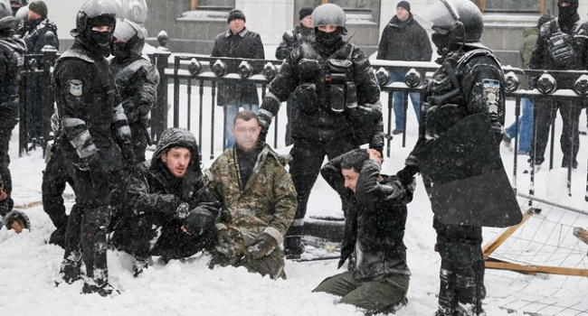 «Мирные активисты с гранатами» требовали реформ под Радой