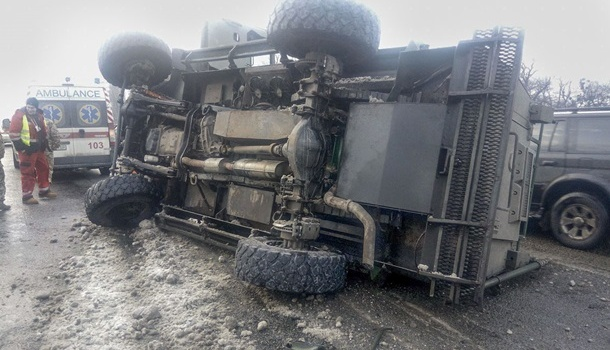 В Киеве на «Нивках» произошло ДТП с военным броневиком Cougar