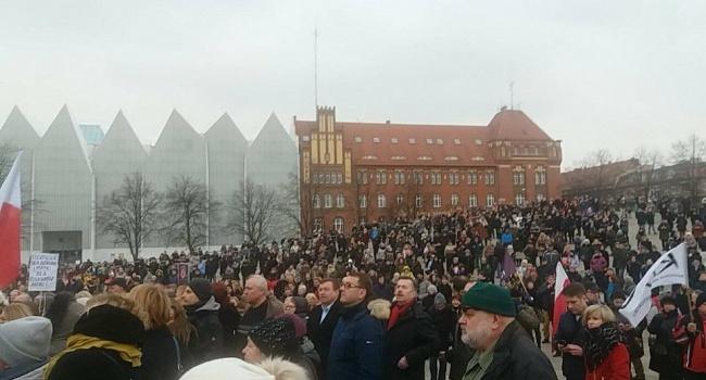 Масові протести в Польщі: громадяни обурені планами влади заборонити аборти