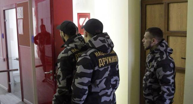 Натренированные парни из «Нацдружин» решили взять ZIK под личную охрану