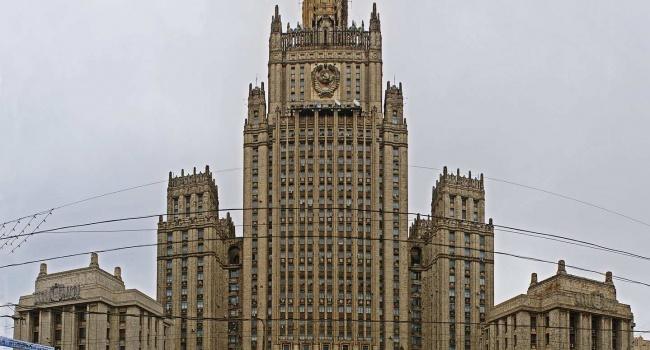 Обмен политическими ударами: Путин высылает 60 американских дипломатов из РФ