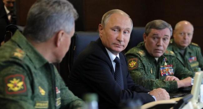 Россию лупят со всех сторон, а глава Генштаба РФ рапортует Путину о полной готовности к многоплановой войне, – блогер