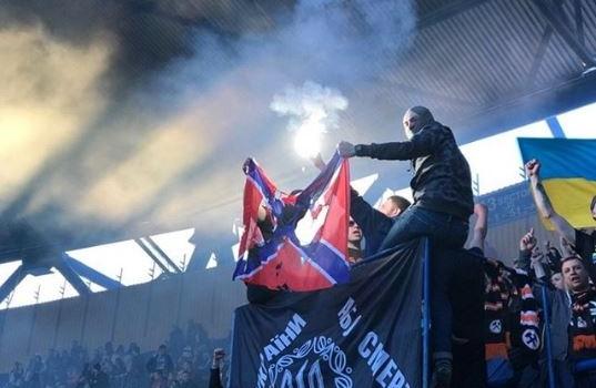 Долой «Новороссию»: во время матча с «Динамо», ультрас «Шахтера» сожгли флаг террористов Донбасса