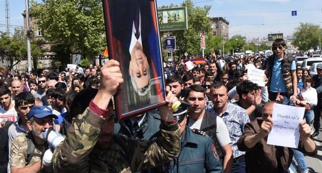 Армянский протест стал ширмой для смены власти в Армении Кремлем, – блогер