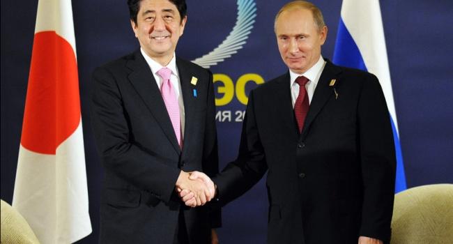 Синдзо Абэ пытается имитировать езду сразу на двух велосипедах в преддверии предстоящего в мае визита в РФ