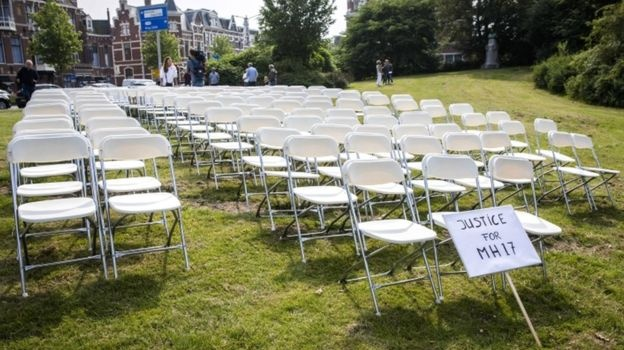 Возле российского посольства в Гааге родственники погибших рейса МН17 установили 298 пустых кресел