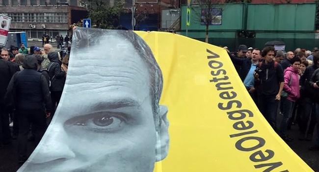 В Москве на митинге развернули плакат в поддержку Олега Сенцова