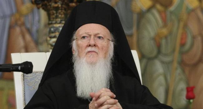 Украинские общественники подарили Патриарху Варфоломею книгу о князьях Украины и о том, как зарождалась украинская церковь