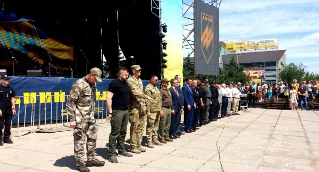 В Мариуполе под носом у врага прошел военный парад