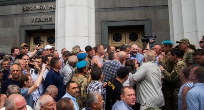 Блогер: «совки», которые вышли под Раду ничего не сделали для государства Украина, чтобы что-то требовать во время войны