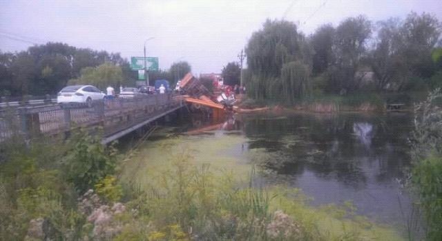 ДТП в Хмельницкой области: грузовик слетел с моста в реку, — кадры