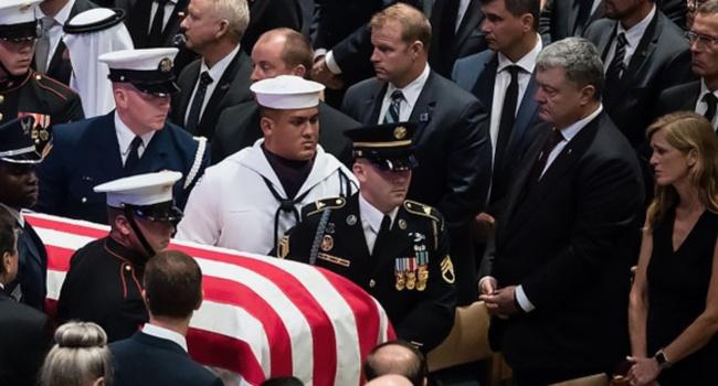 Порошенко плече к плечу со Столтенбергом на церемонии прощания с Маккейном – «послание» покойного сенатора