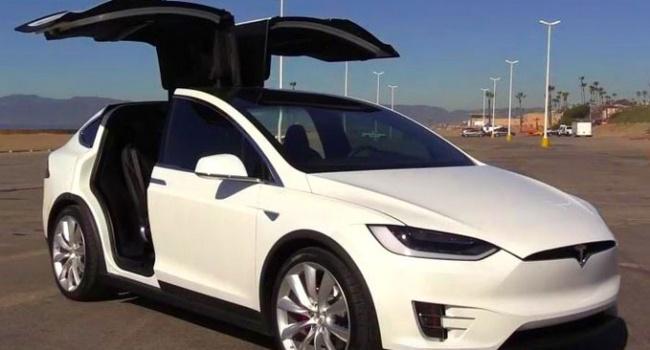 Обновление Tesla убило в автомобилях автопилот