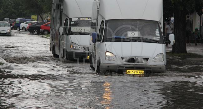 Из-за проливного дождя на Запорожье реально «поплыл» курортный город