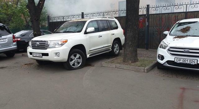 МИД РФ выразил недовольство действиями активистов, обливших фекалиями российские авто в Киеве