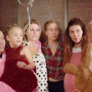 «Дерзко, сексуально, с борщом в семейных труселях»: Анна Седокова вместе со своим маленьким сыном снялись в клипе Иды Галич, чем взорвали сеть