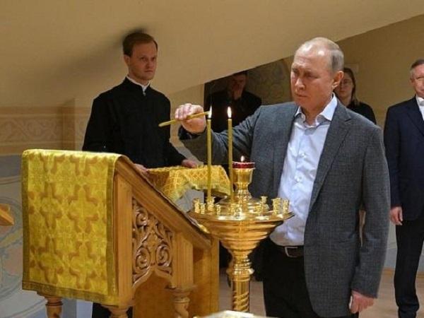 Путин пришел в церковь с забинтованным пальцем: стала известна причина