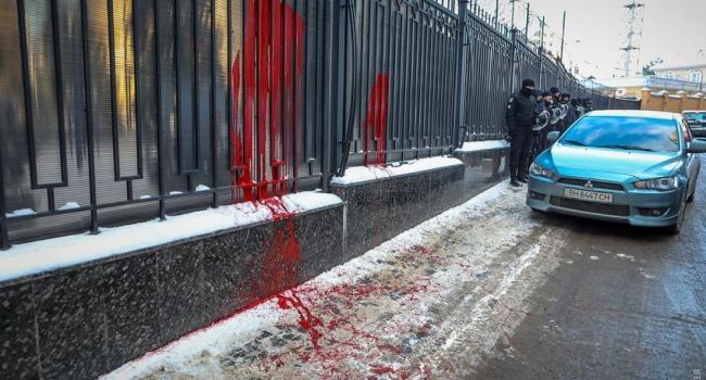 В Одессе активисты облили краской консульство России