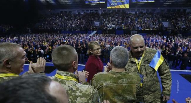 Нам опять навешали лапши: со всей толпы на сцене рядам с Тимошенко всего два воина оказались киборгами