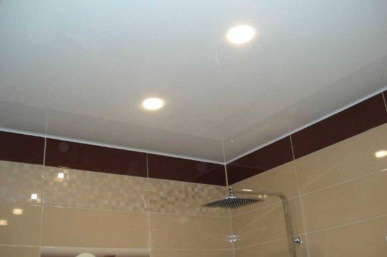 Натяжные потолки в ванной комнате: основные преимущества