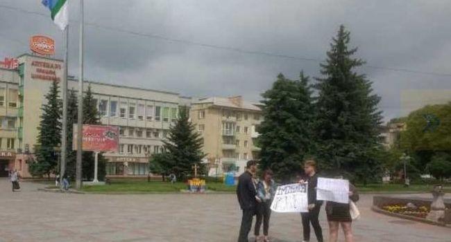 «Не кумовство, а по-братски»: в Ривному полиция задержала двух активистов, вышедших на Майдан за «Импичмент президенту»