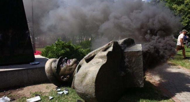 «Украина – это нацизм»: в России бомбануло из-за уничтожения памятника Жукову в Харькове
