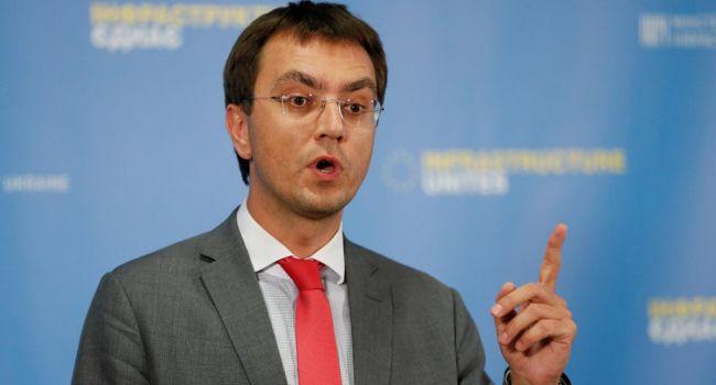 Глава Мининфраструктуры намекнул на причастность Коломойского к отзыву лицензии у авиакомпании SkyUp
