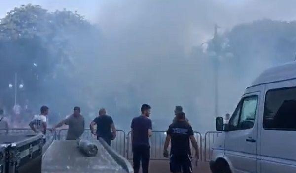 Во время выступления Порошенко в Стрыю бросили дымовые шашки