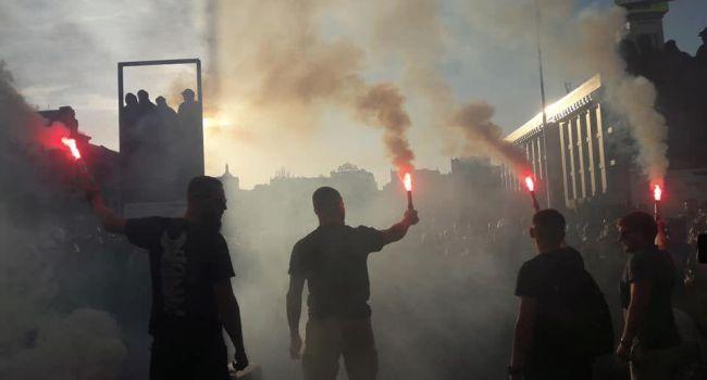 Дымовые шашки и файера: сотни людей вышли на Майдан из-за решения ЦИК по Клюеву и Шарию