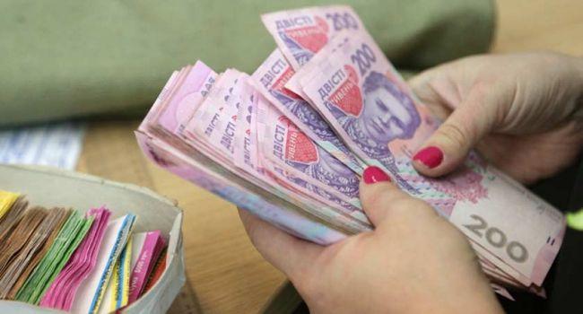Випереджаємо 2 країни ЄС і 7 країн колишнього СРСР, проте відстаємо від РФ і Білорусі: експерт назвав середню зарплату в Україні