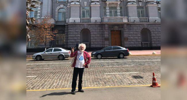 Дипломат: настоящий русский либерал должен делать такие фото на фоне пылающего здания ФСБ на Лубянке