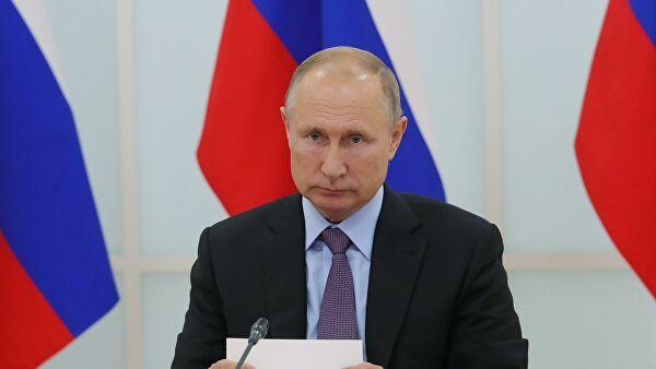 «Пол страны прозябает в нищете, а он катается на самолетиках»: в сети разгромили архивное видео с Путиным