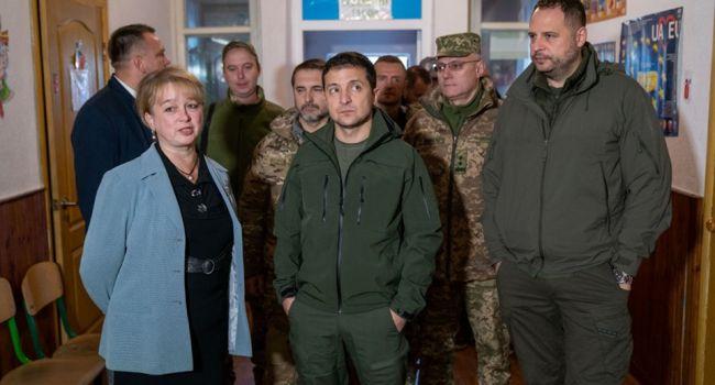 «Знаю, что есть оружие - уберите. Вы находитесь здесь с оружием незаконно»: Зеленский получил поддержку людей относительно разведения сил на Донбассе