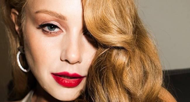 «Роковая женщина»: ярко-красная помада, соблазнительные стрелки на глазах: Тина Кароль восхитила соцсети