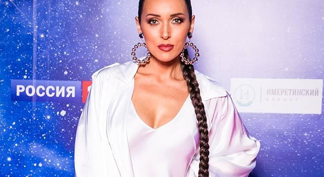 «Всегда стильная и скромная»: певица Алсу похвасталась признанием россиян