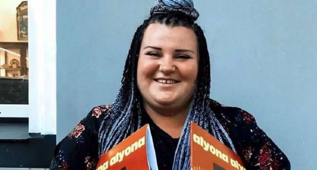 «Просто секси»: певица Alyona Alyona похвасталась обнаженной грудью, позируя на фоне оливье