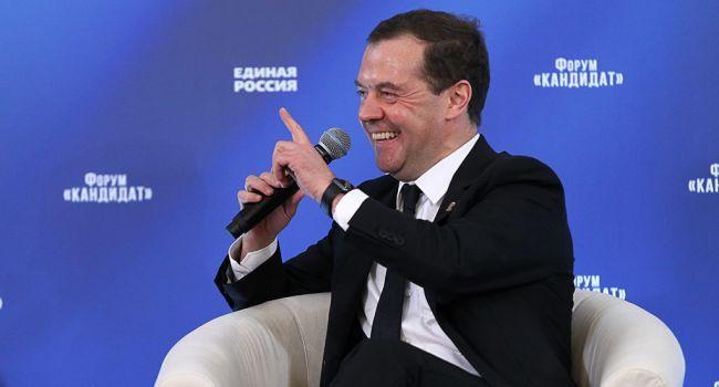 «Просил со слезами на глазах»: Медведев обратился к США с просьбой снять санкции с России
