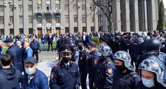 Бунт во Владикавказе: ОМОН и Росгвардия убегают от летящих со стороны активистов камней